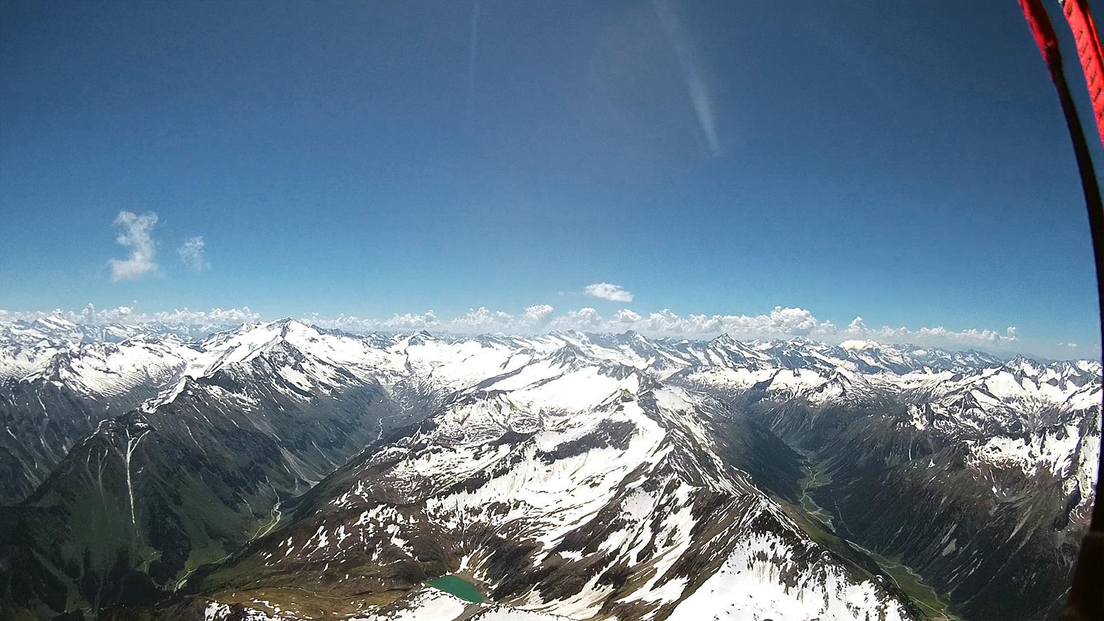 Links Obersulzbachtal mit Grossvenediger, rechts Krimmler Achental. Im Hintergrund der Alpenhauptkamm.