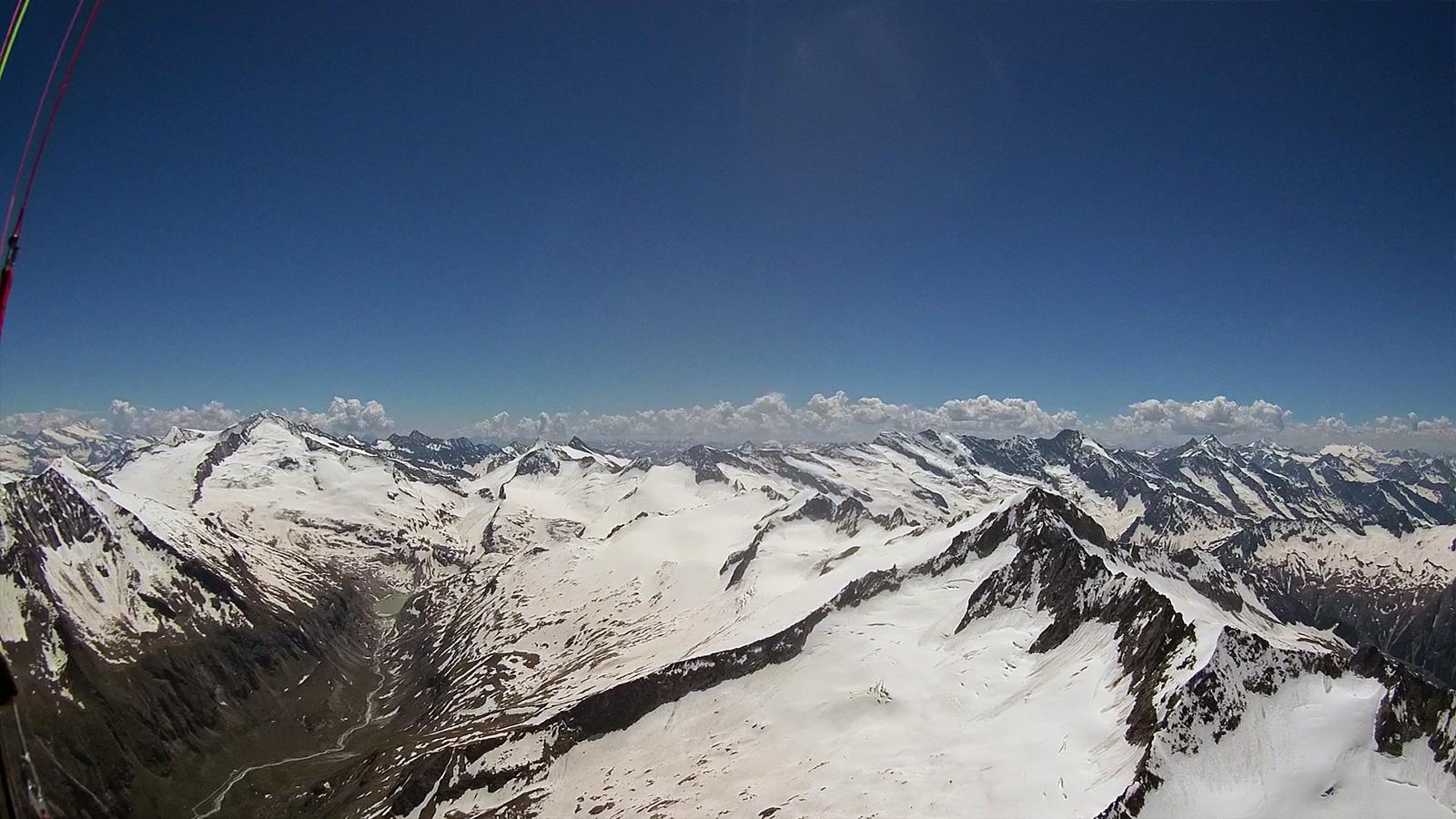 Links Grossvenediger, rechts vor mir die Schlieferspitze (3.290m). Die Ostseiten sind schneebeladen, und können keine Thermik liefern. Ich breche meinen ersten Versuch für die Querung ab.