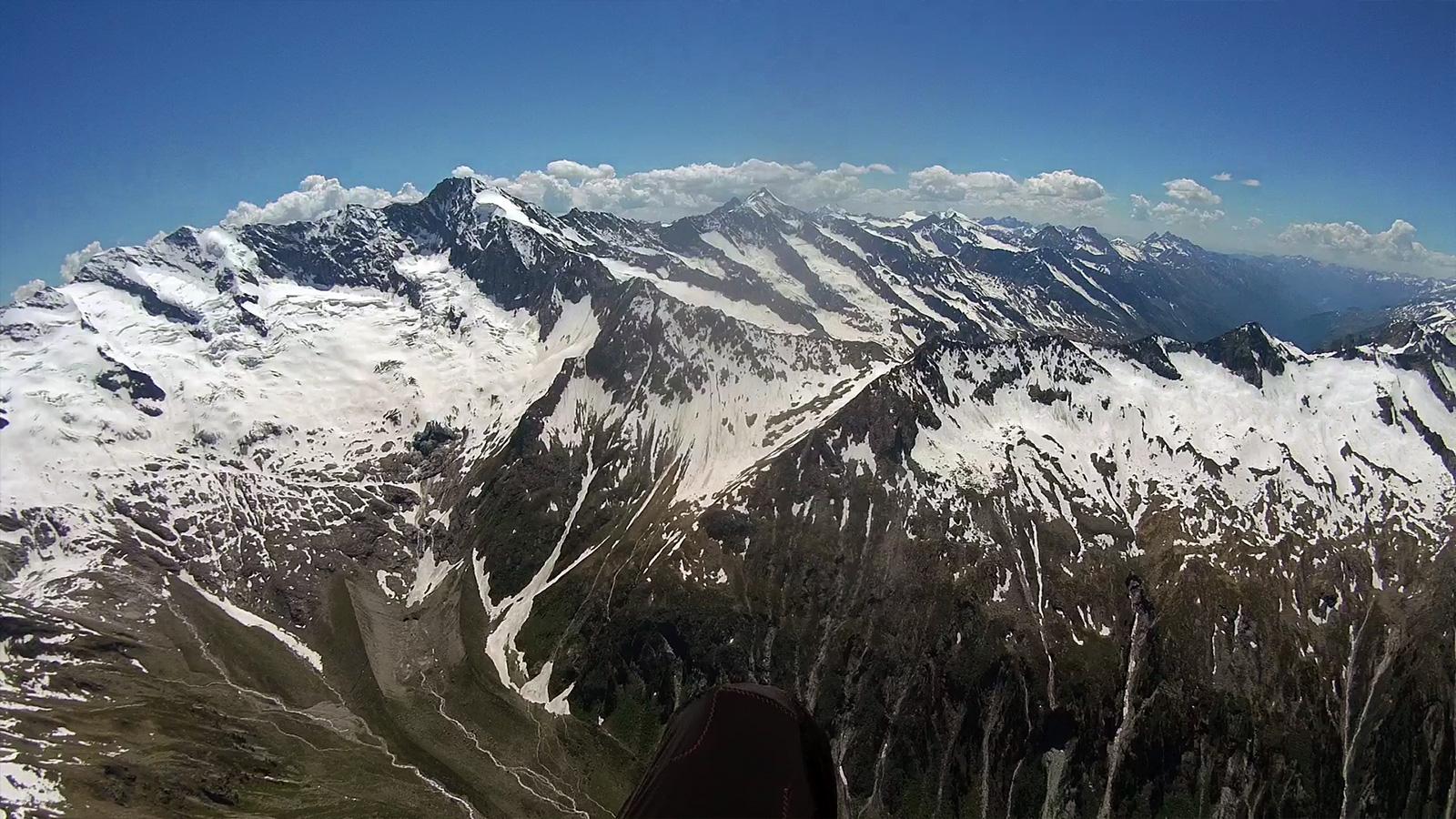 Talschluss im Krimmler Achental und Anflug Birnlücke. Im Hintergrund Dreiherrnspitze (3.499m) und weiter rechts Rötspitze (3.496m).