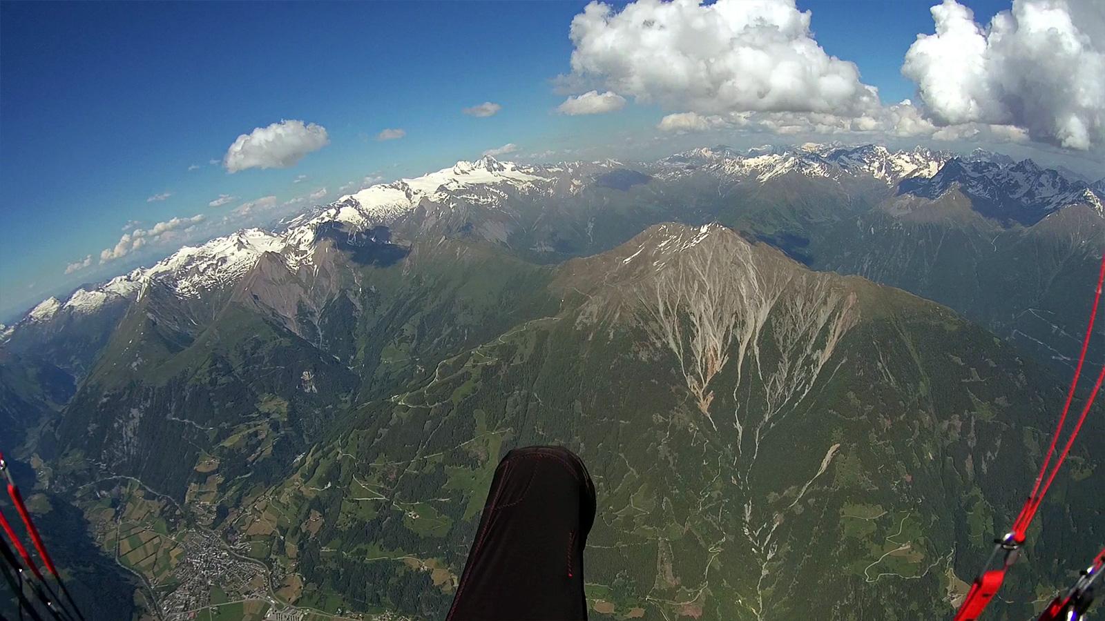 Anflug auf den Rotenkogel oberhalb Kals – den Anblick kannte ich bisher nur aus völlig anderer Perspektive. Im Hintergrund blitzt schon der Grossglockner hervor. Links unten: Matrei.