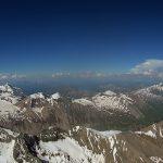 Hinter dem Grat liegt die Pasterze, rechts Heiligenblut. Im Hintergrund erstreckt sich die Bergwelt vom Gr. Wiesbachhorn im Westen, über Goldbergruppe bis zur Ankogelgruppe im Osten. Mein nächstes Ziel: der Spielmann (3.027m), leicht rechts der Bildmitte.