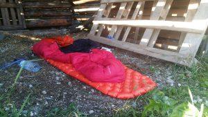 Trockenes Schlafplatzerl, die Wiesen im Tal sind schon wieder pitschnass.